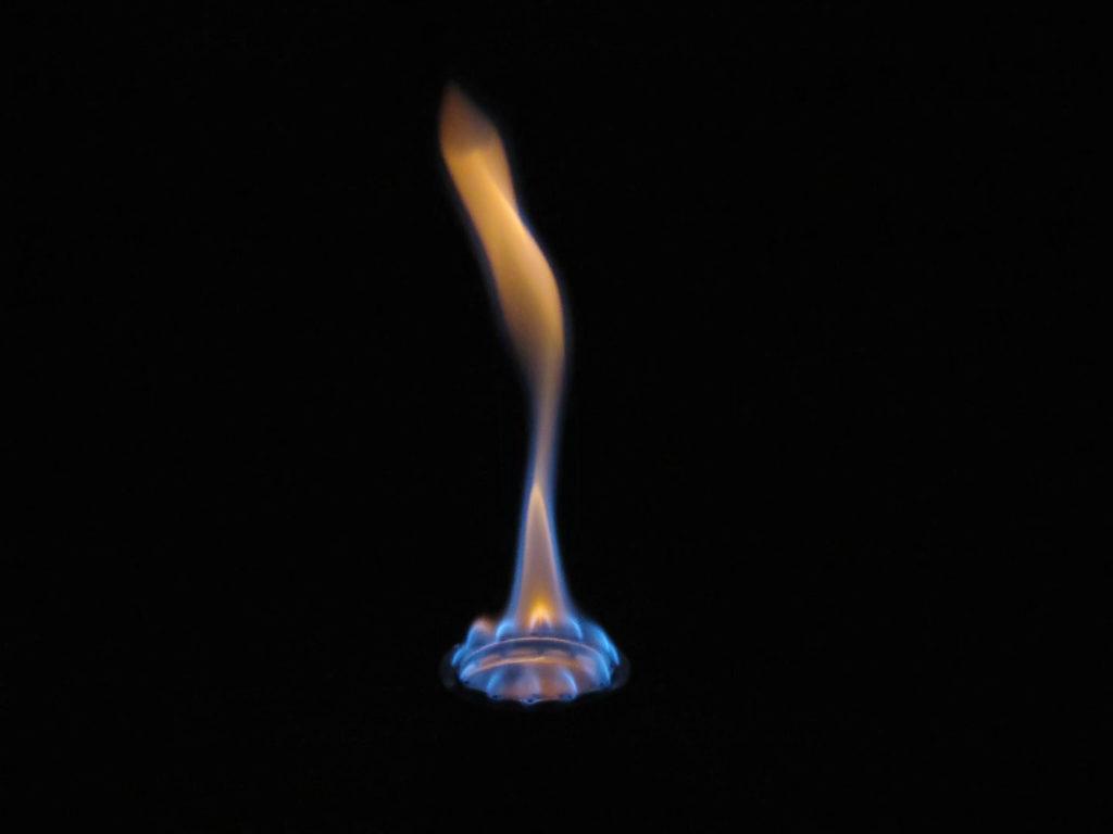 la fiamma del fornello ad alcool